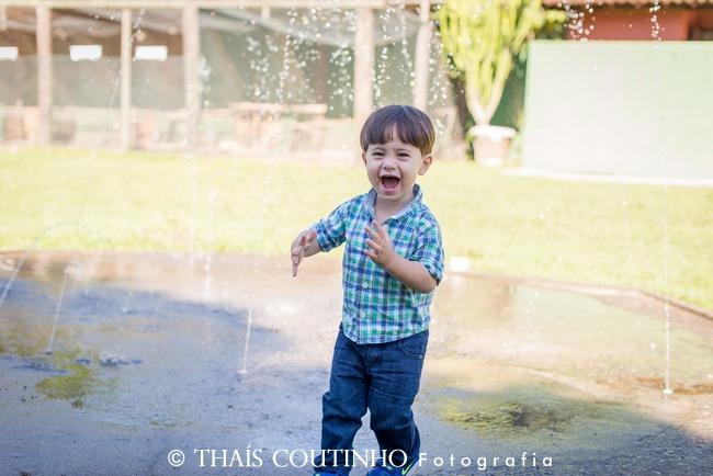 menino brincando chafariz